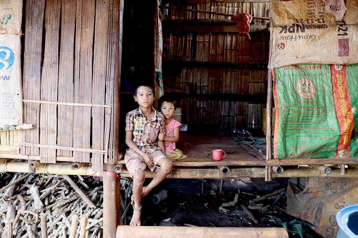 家人下田工作,這對小兄妹獨自在家;哥哥因為要照顧年幼的妹妹,而不能再上學了。他們家裡共有 6 個孩子,僅其中 2 位能上學。(攝影/吳逸驊)