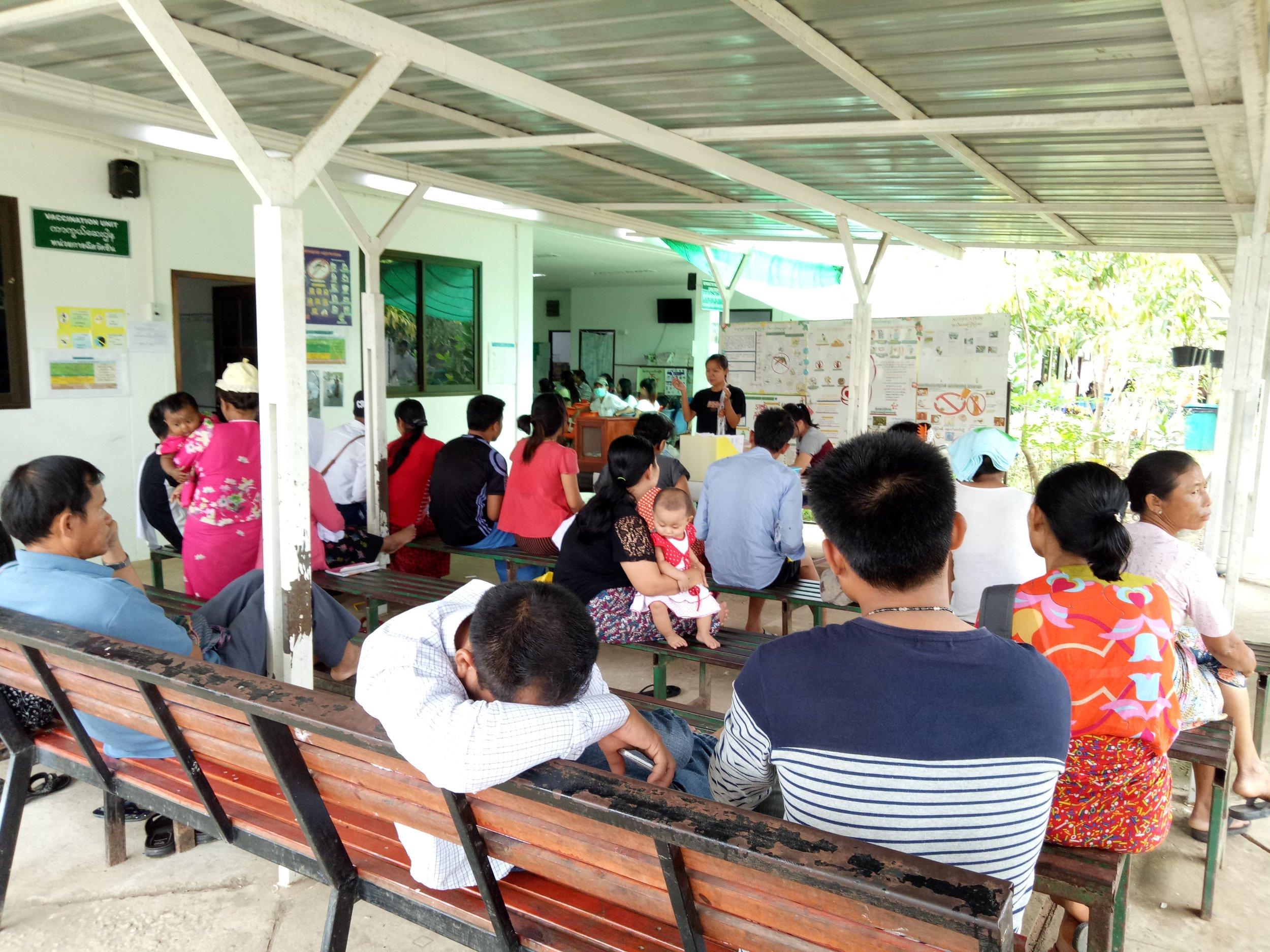 梅道診所工作人員正在對患者進行衛生教育。(攝影╱吳佩璇)