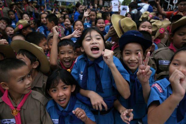 泰國學童在野豬隊所在的清萊醫院外慶祝(照片來源:路透社)