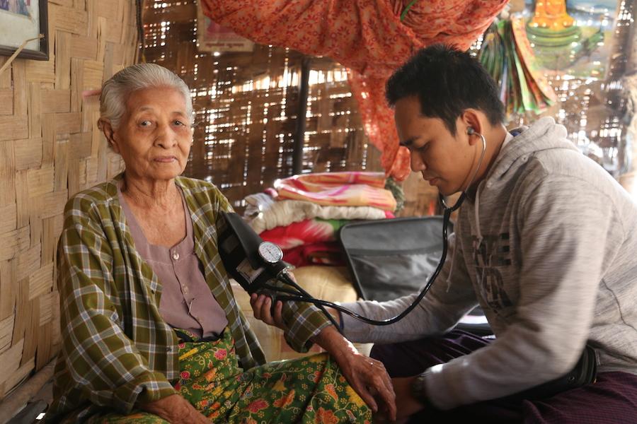 阿卡賢醫師訪視偏鄉村落行動不便的獨居奶奶。(攝影╱陳阿凱)