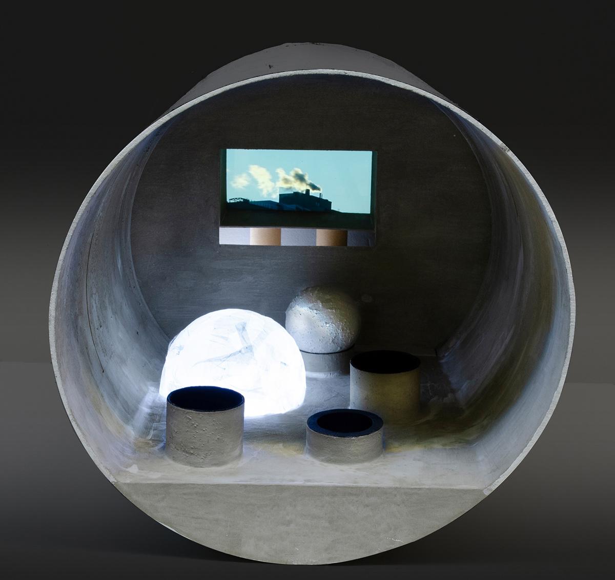 תמר שפר, תא שטח, 2018, פרט 2 מתוך מיצב, צינורות קרטון, בטון וטכניקה מעורבת (שחור)