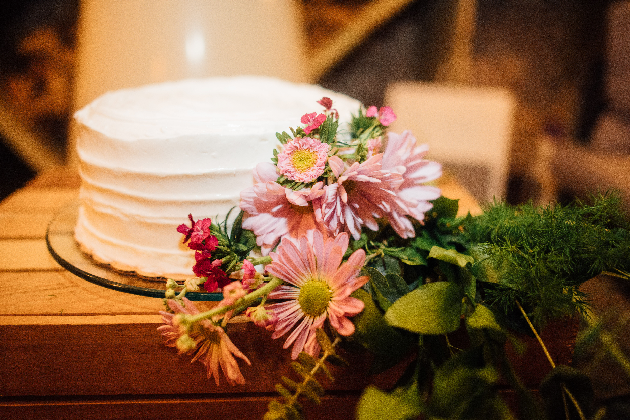 white weddiing cake flowers.jpeg