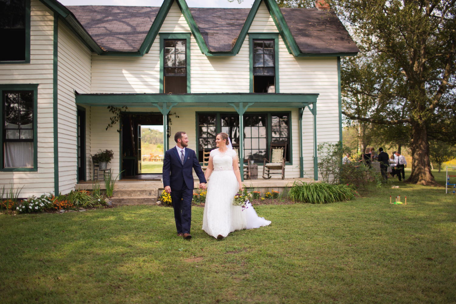 brideandgroom in front of historic house