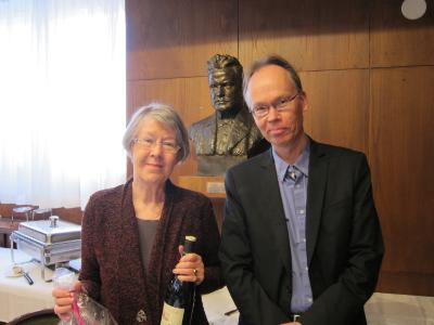 Kuvassa Tuula Kotilainen, jolle kertyi 43 vuotta Konserttikeskuksen luottamustehtävissä, ja Kai Amberla.