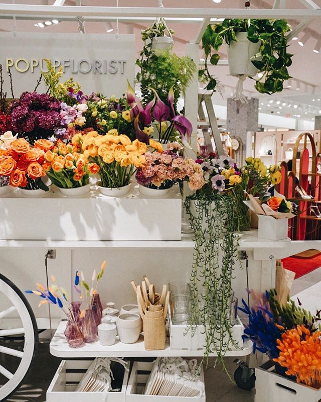 Love how retails carry its own flower shop on display. Spring in town 🌼