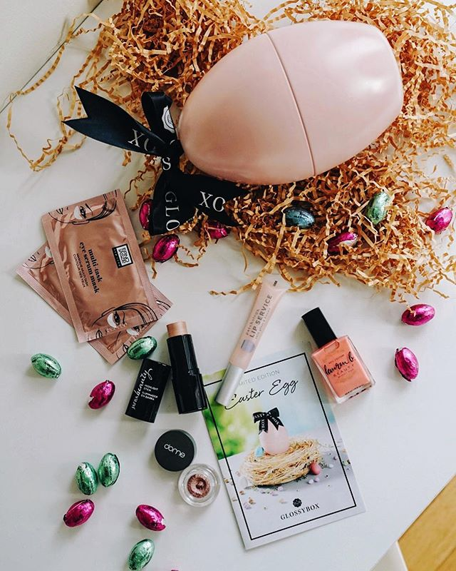 Happy April 1st! Easter came early with a pretty little bow tied @glossybox_us pink easter egg, filled with goodies 🐣🎀🍬 Pretty me till Easter! #GlossyEggstravaganza