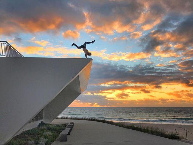Feeling like a @pimovementninja at the edge of the Indian Ocean. Powered by the sun and positive vibes @sunwarriortribe. #sunwarriortribe #sunrise_sunsets_aroundworld #ninjawarrior #perthlife #handstandwhereistand #pimovementninja