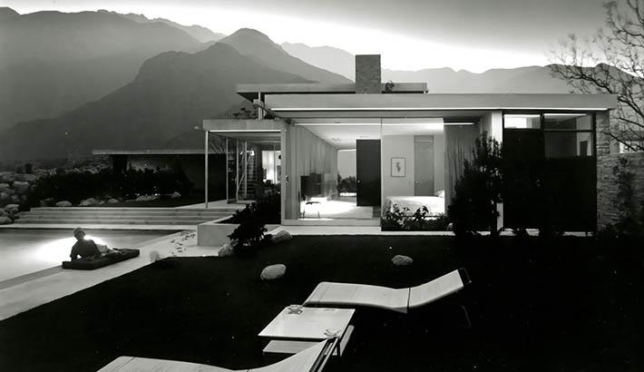Julius Shulman's 1947 photograph of the Kaufmann House