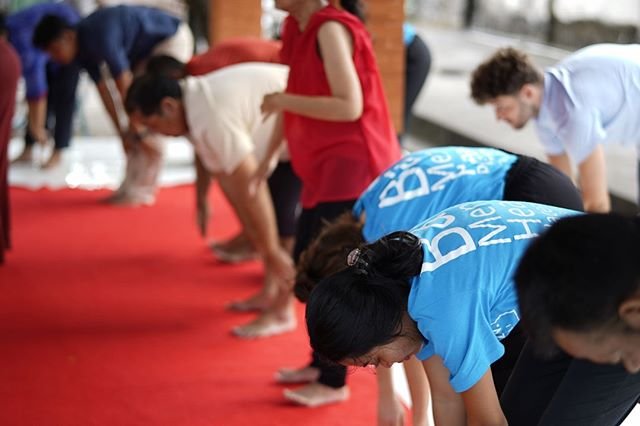 Work Wednesday is back with some great insights into our project sessions. Our volunteers work hard to find ways of promoting positive mental health through physical and mental stimulation. In aid of this, all our sessions in #SLVBali start and end with yoga, designed to loosen the mind and increase positivity, self-esteem and mindfulness. We're huge fans of using yoga when working with service users, plus it's beneficial for volunteers too! Sign us all up for the good stuff! 🧘♂️🧘♀️⠀ 📷: our #SLVGlobal Staff Team in #SLVBali 🇮🇩⠀ #workwednesday #mentalhealthplacements #psychologyworkexperience #bali  #projectsession #yoga #workhard #psychology