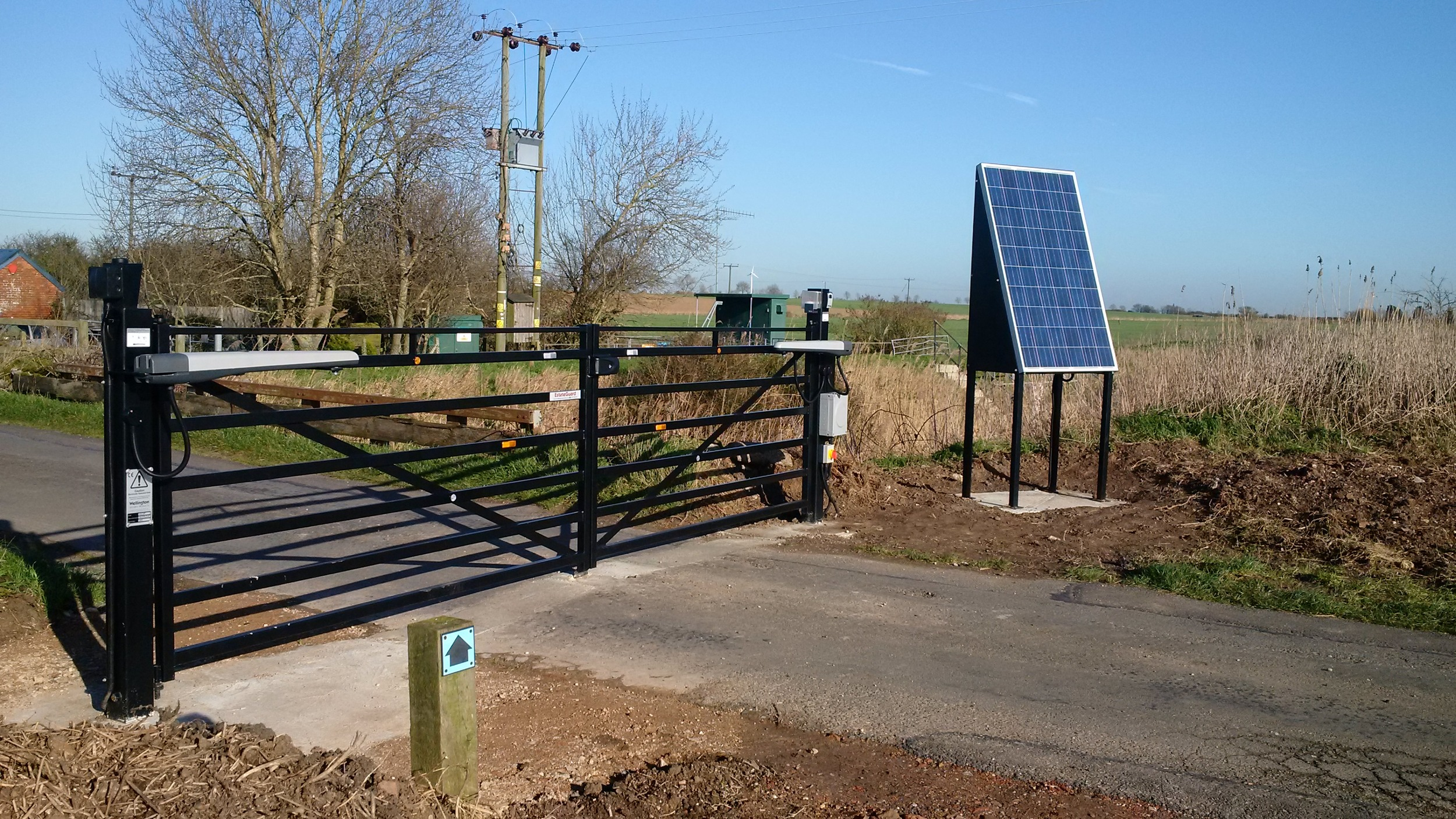 A high-use gate on a private road near Burnham on Crouch. Operated by radio fobs, a keypad and GSM intercom.
