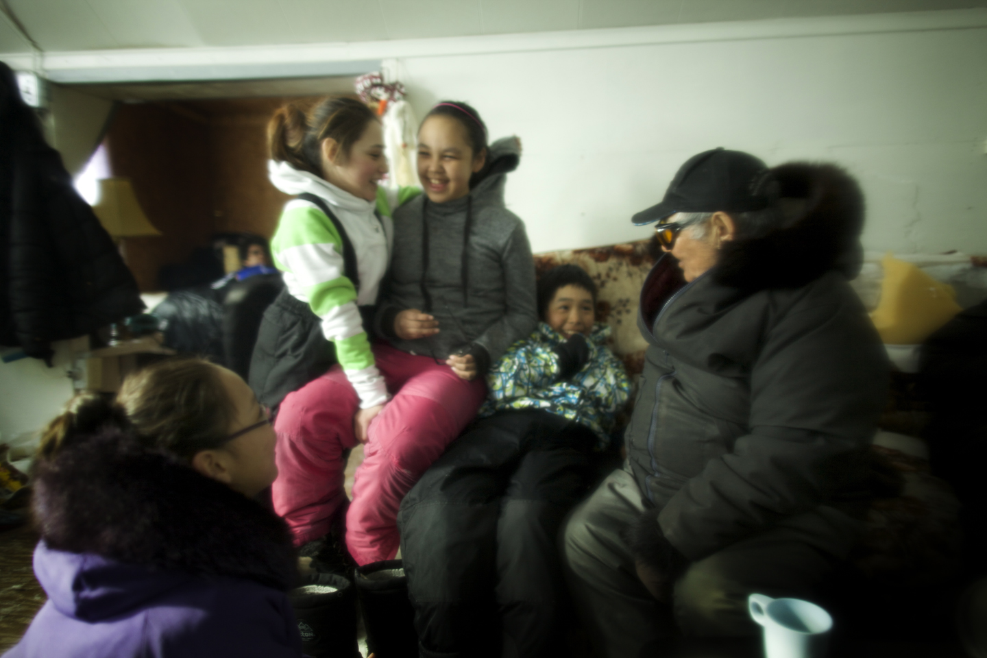 Fun in the cabin on the land trip: elder Kov told stories, the youth took photos