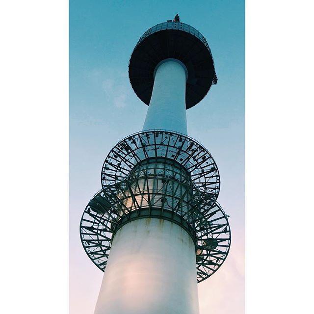 Radio Wave.  #korea #asia #seoul #travel #vscophile #vscocam #streetphotography #mobilephotography #mpnselects #fotomobile #fotoguerilla #dazedandexposed #streettogs #iphonography #shotoniphone7plus #iphone7plus #在路上 #手机照片