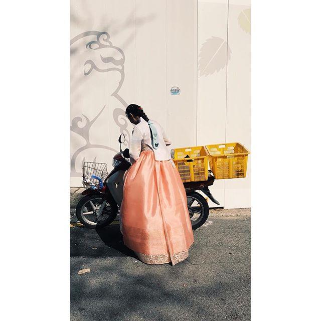Scoot over.  #korea #asia #seoul #travel #vscophile #vscocam #streetphotography #mobilephotography #mpnselects #fotomobile #fotoguerilla #dazedandexposed #streettogs #iphonography #shotoniphone7plus #iphone7plus #在路上 #手机照片