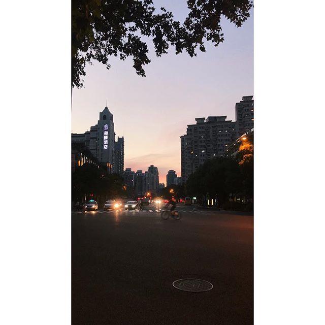 Summer nights.  #vscocam #zaishanghai #Shanghai #china #streetphotography #photographyofchina #mobilephotography #mpnselects #fotomobile #fotoguerilla #dazedandexposed #streettogs #iphonography #shotoniphone7plus #iphone7plus #上海 #中国 #在路上 #手机照片