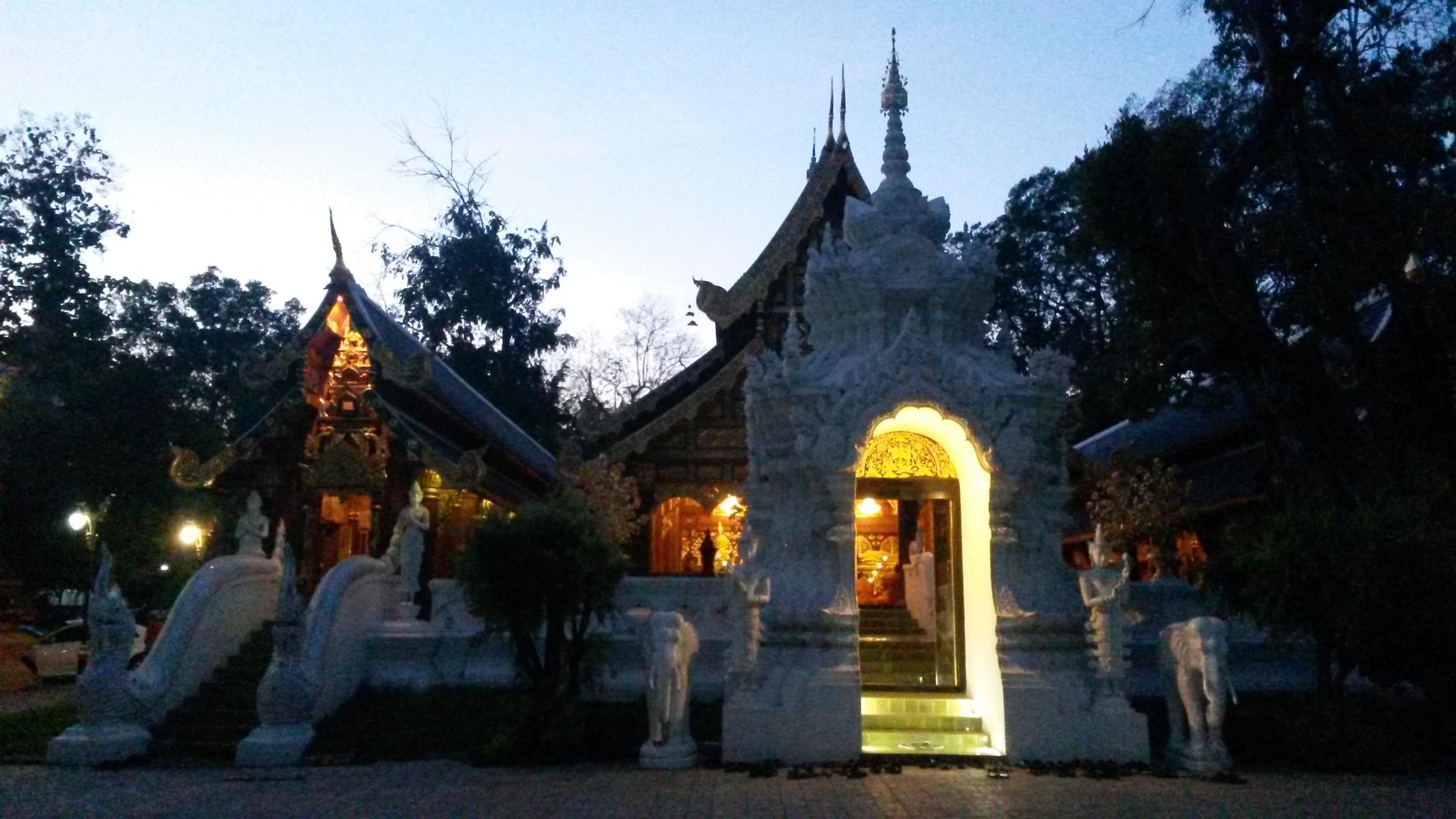 Abends: In der Halle sitzen die Mönche beim Chanting