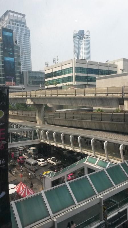 Bangkok hat auch etwas futuristisches:hier 3 Ebenen: unten Autos, Mitte Fußgänger, oben Bahn