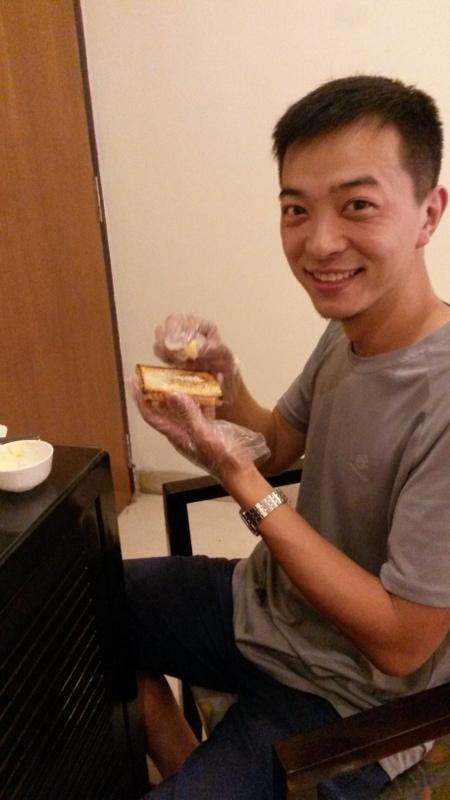Zum Schutz vor Keimen schmiert Daoran seine Butter mit den Fingern in Plastikschutztüchern aufs Toast :D