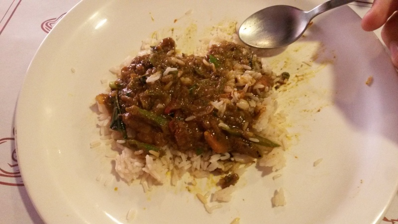 man beachte das die grünen Elemente keine Bohnen sind sondern Chilis! und das ist eine typische Menge für solche Gerichte... -.-