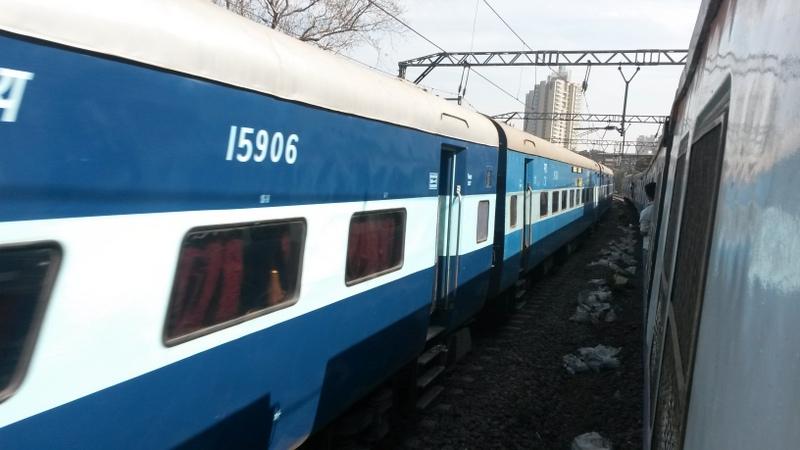 wir sind mit dem Metrozug gefahren und die Türen sind alle offen (bei diesem Foto lehne ich mich aus der Zugtür). Täglich sterben daher wohl auch ein paar Inder, die insbesondere während der Rush-hour herausfallen - ziemlich krass...