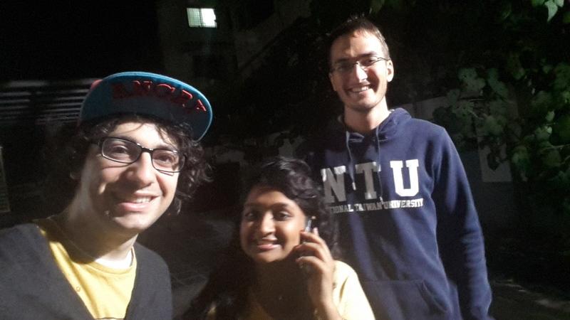 unterwegs mit einer Inderin (sie telefoniert gerade mit unserem Uber Taxi für den Rückweg)