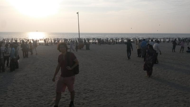 schön überfüller Strand abends