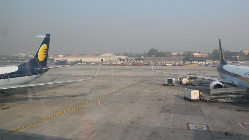 Abflug von Mumbai: Karls Flieger rechts, meiner links