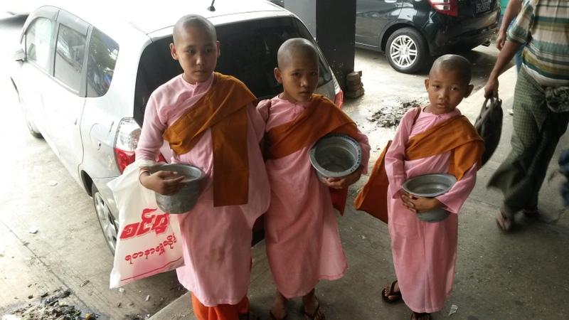 Myanmar ist sehr buddhistisch und man sieht überall Mönche barfuß herumlaufen. Hier ein paar jüngere Exemplare die morgens auf Frühstücks-Betteltour gehen.