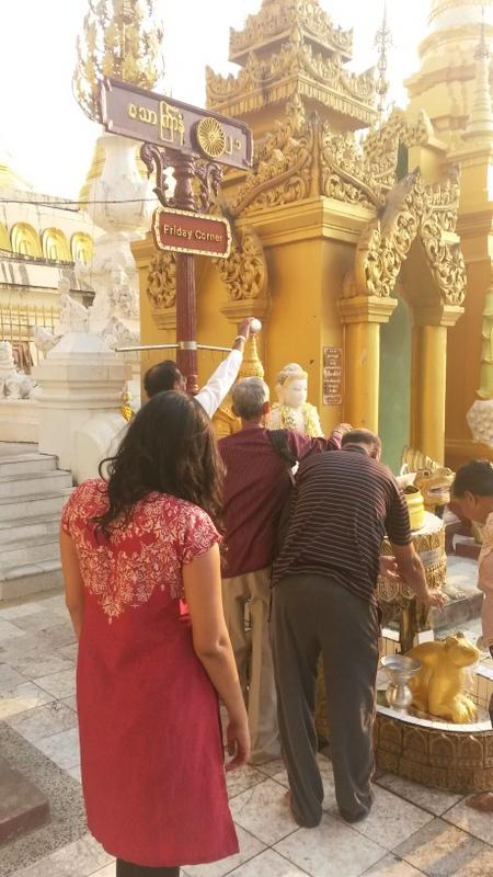 die Gläubigen schütten Wasser über eine Buddhastatue an der Friday Corner... Ja ne is kla!