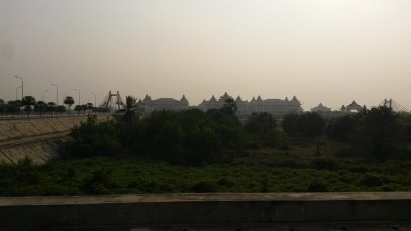 """Das Hauptgebäude der gegenwärtigen Regierung """"Dem burmesischen Volke"""" steht da wohl eher nicht groß oben dran ;-)"""