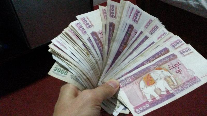 Reichtum! Leider gewöhnt man sich recht schnell daran, derart viele Tausender-Scheine zu besitzen... 1300 Kyat sind ungefähr 1€