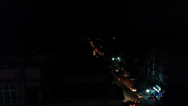 Stromausfall in Mandalay, nur Lichter vom Verkehr