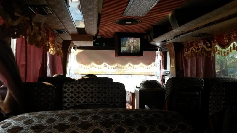buddhistischer Sprechgesang als Bus-Unterhaltungsprogramm. Inklusive bunt blinkender LEDs links hinter dem Mönch