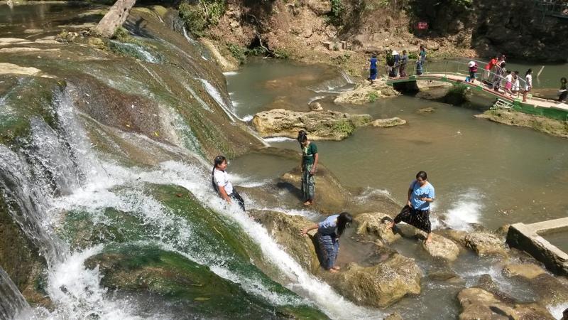 kleiner Wasserfall, die Burmesen baden alle in ihrer Kleidung