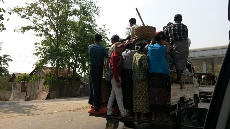 hocheffizienter burmesischer Personentransport -da kommt einem schon der Vergleich mit Viehtransport in den Sinn. ...und ich beklage mich über zu wenig Beinfreiheit in den Busfahrten :-/ ....first world problems!