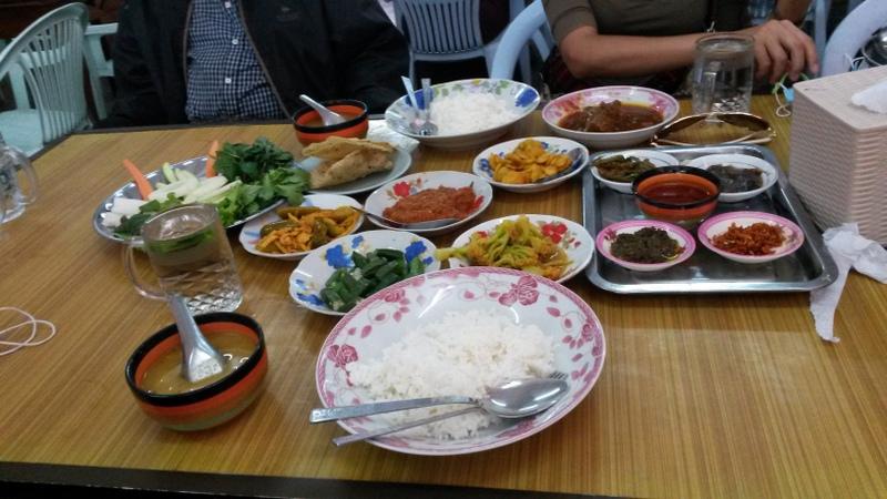 so etwas gibt es öfters, mit vielen kleinen Schalen mit verschiedenen Gerichten und dazu Reis.