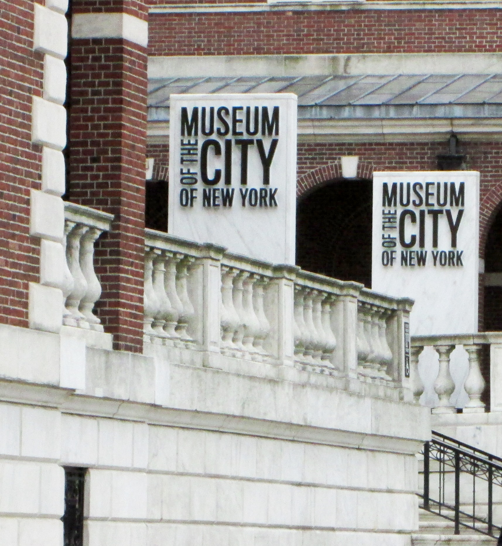 Museum_of_the_City_of_New_York_1220_Fifth_Avenue_signs.jpg