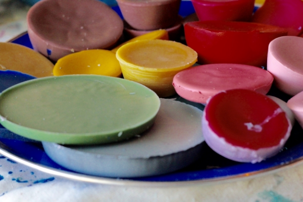 Mixed pigments ready to be melted