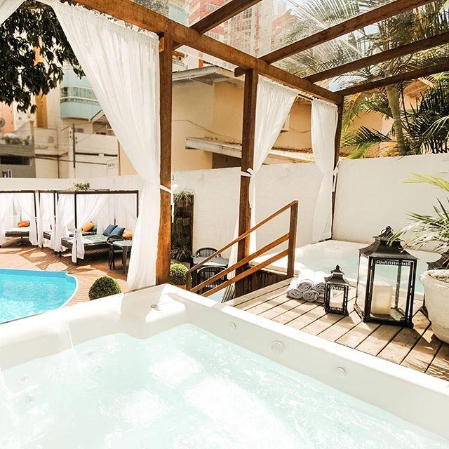 Piscina externa adulta e infantil, hidromassagem, bangalôs e serviço de bar.⠀ ⠀ #hotelrieger #balneariocamboriu #rieger #praia #hoteis