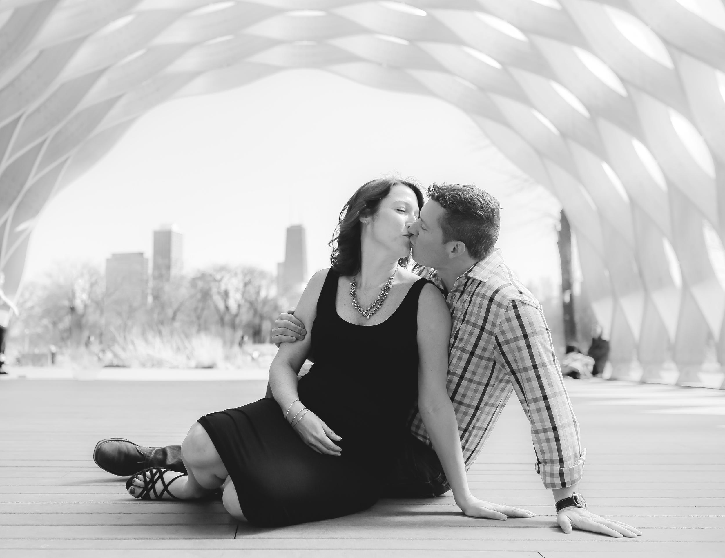 maternity kiss chicago photographer
