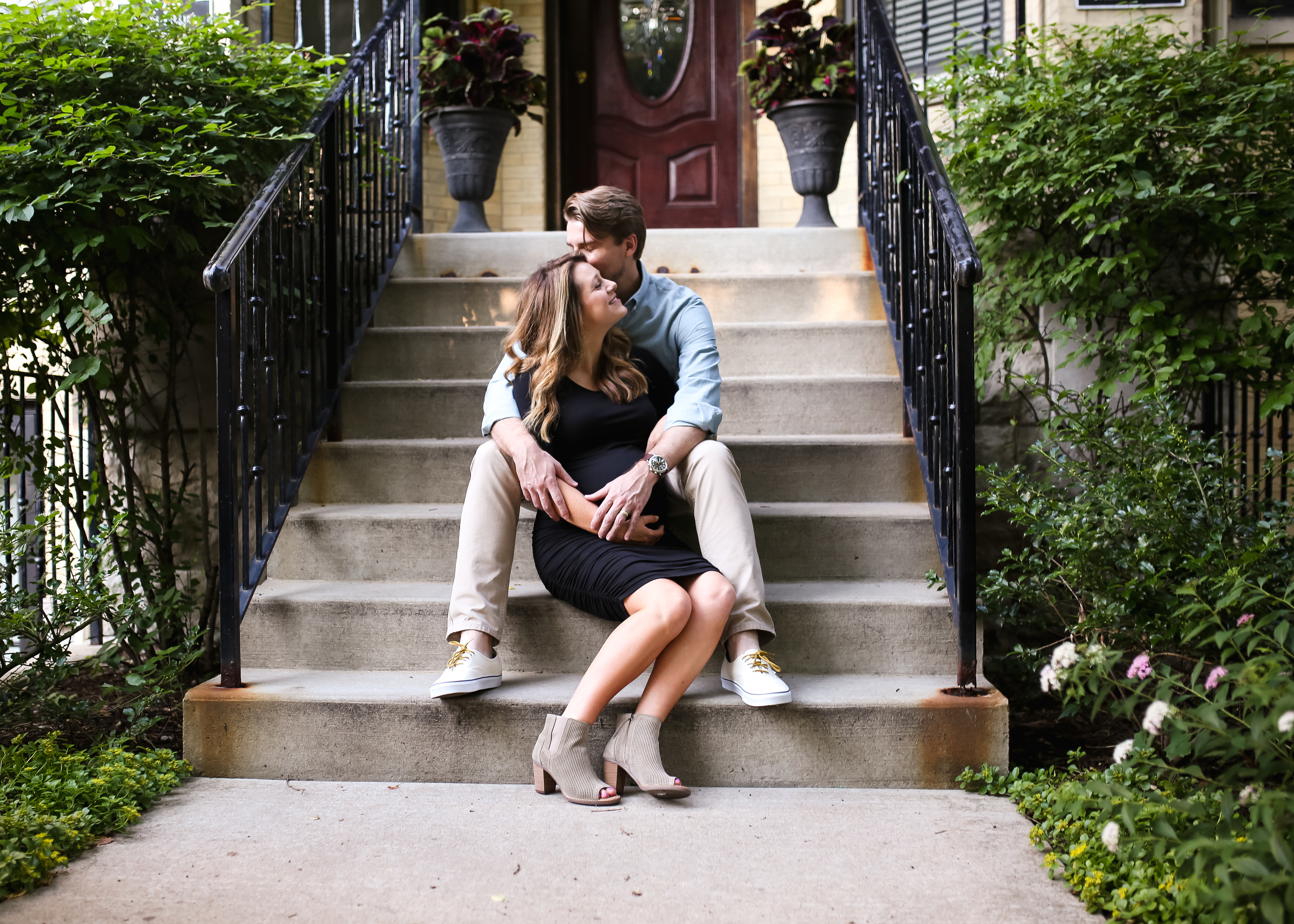 chicago expecting parents sitting on steps