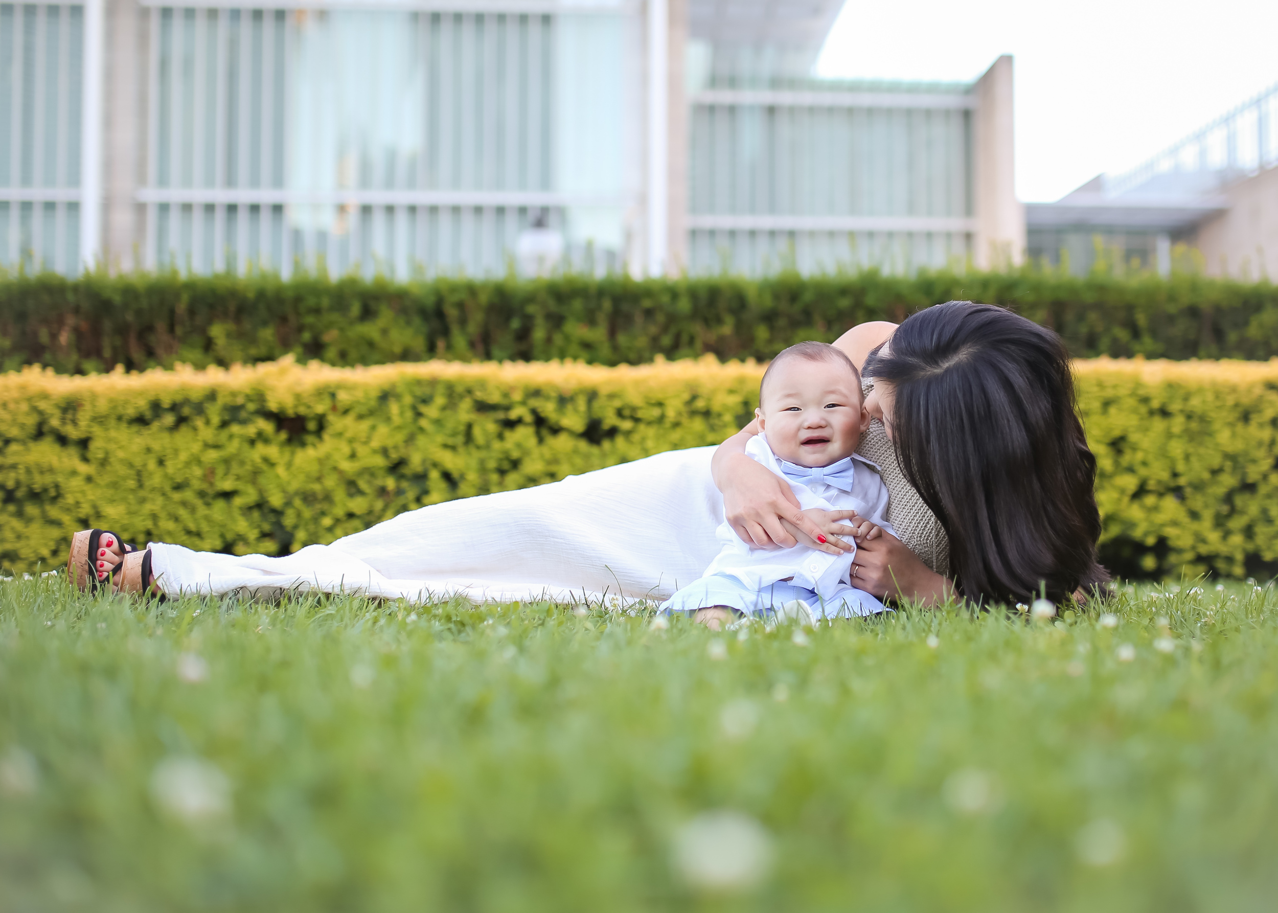 mommy son laying on grass lurie gardens