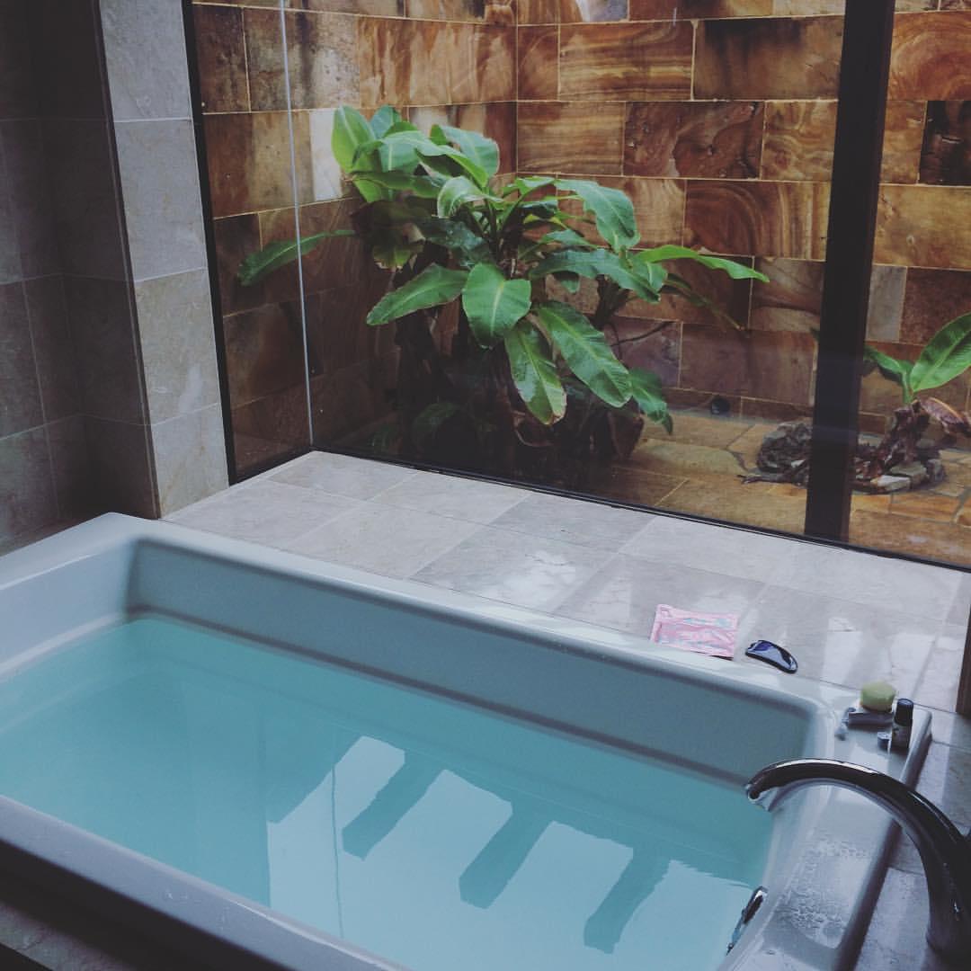 Badekarstemning fra min Okinawa beauty research tur, hvor jeg sad og arbejdede fra hotellets badekar. Det er en arbejdsform jeg vil forsøge at dyrke mere ;)