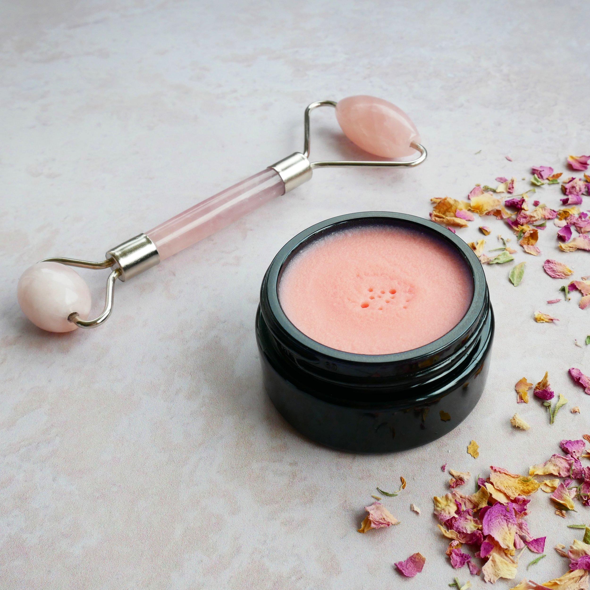 lyserød facebalm opskrift til lifting og sensitiv hud rosakvarts ansigtsrulle rosakvarts rulle rose quartz face roller jaderoller jaderulle
