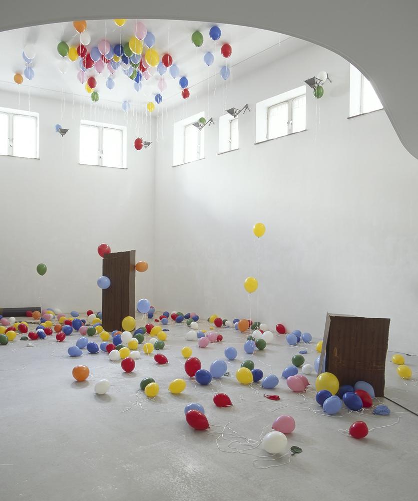 Bald bin ich weg, 2005 Installation Ballons, cord, helium, wood, valve, tube Dimensions variable