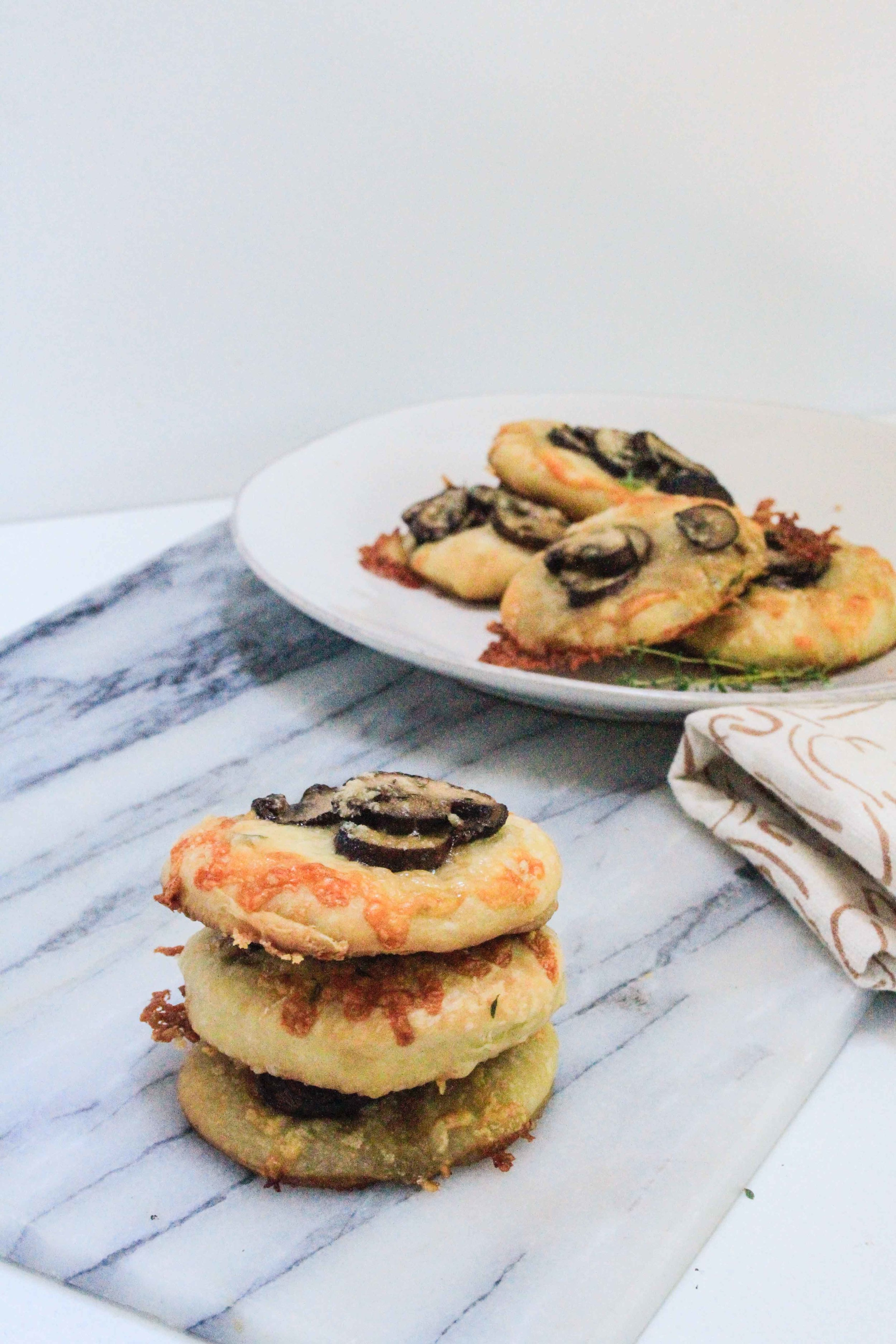 Mini pizzas with mushrooms and thyme