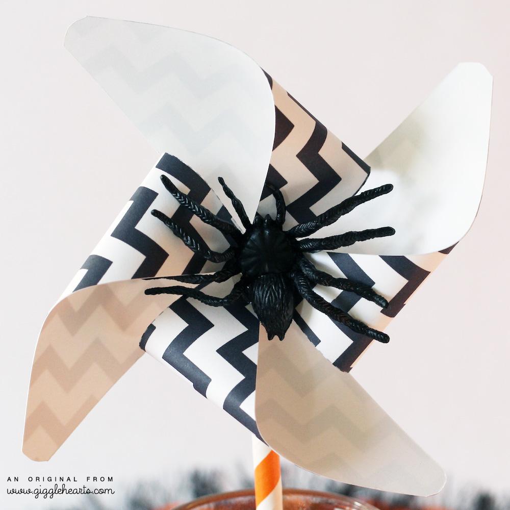 White and Black DIY Printable Chevron Halloween Pinwheel with a Spooky Spider / from www.GiggleHearts.com