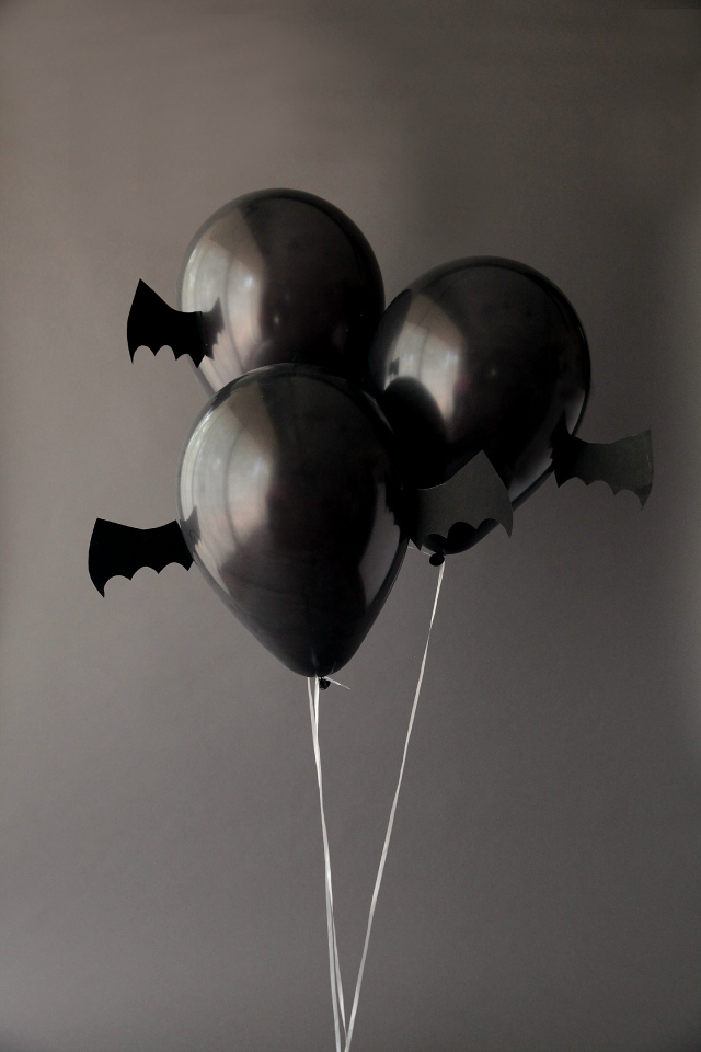 Halloween Bat Balloons   / www.designimprovised.com - shared on www.GiggleHearts.com