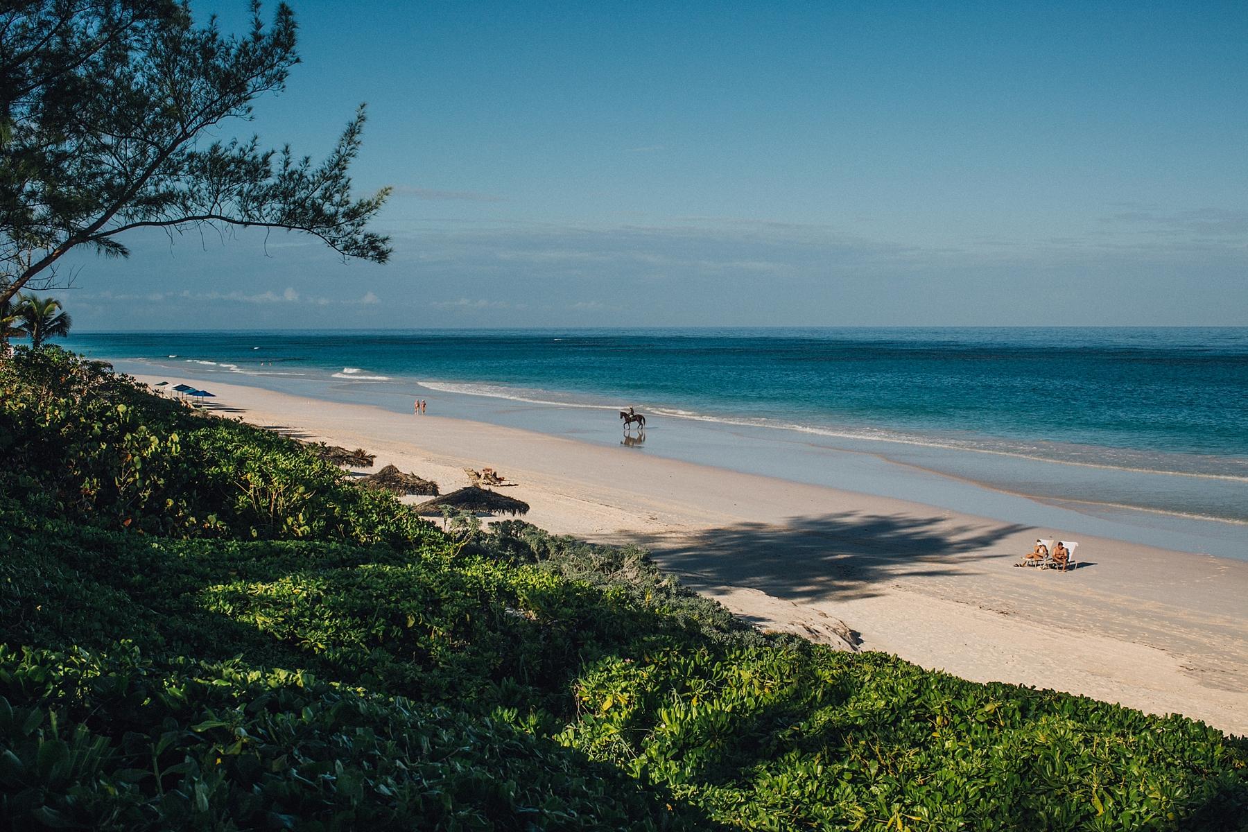 intimate-destination-wedding-beach-moments-harbour-island_0004.jpg