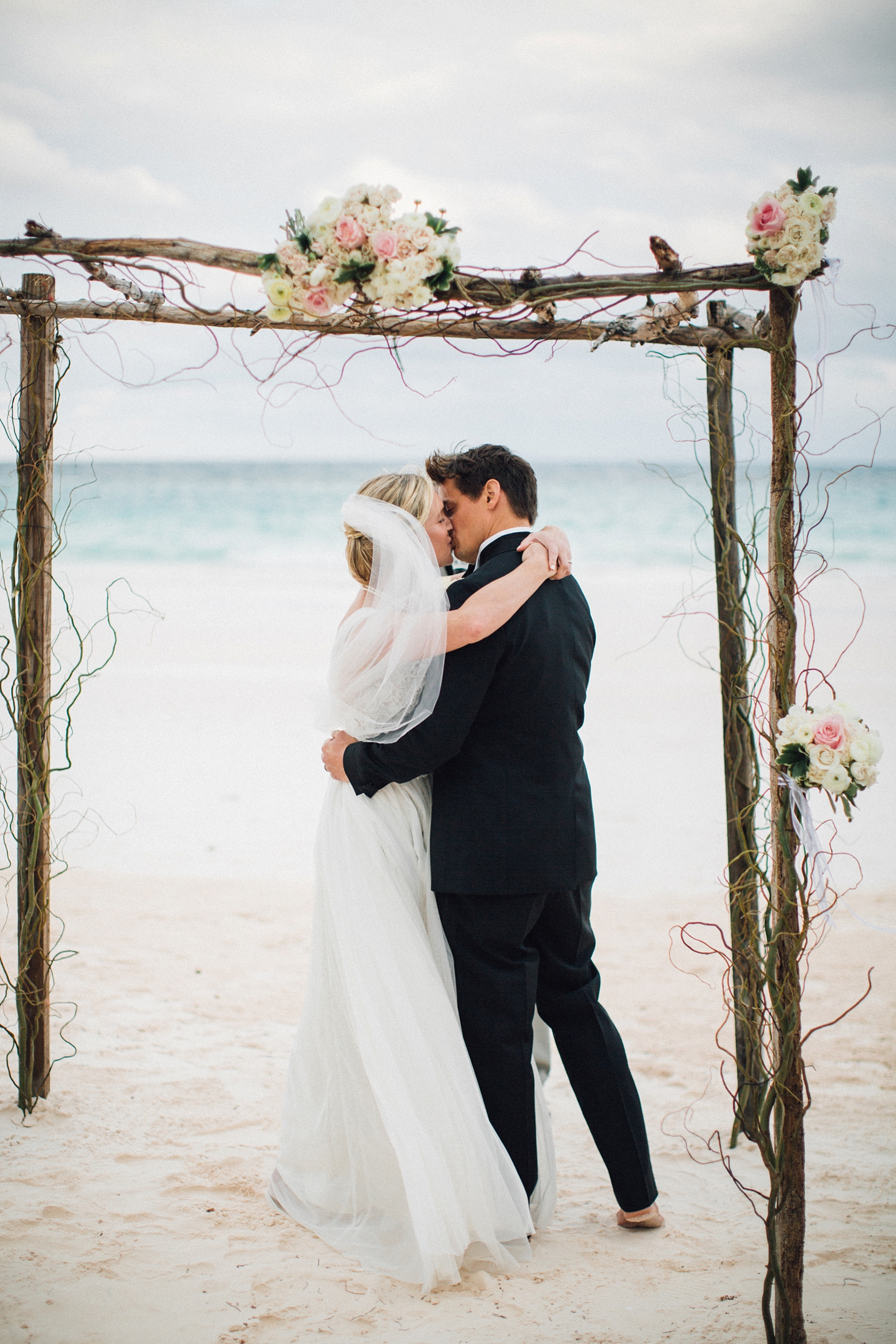 intimate-destination-wedding-beach-moments-harbour-island_0116.jpg