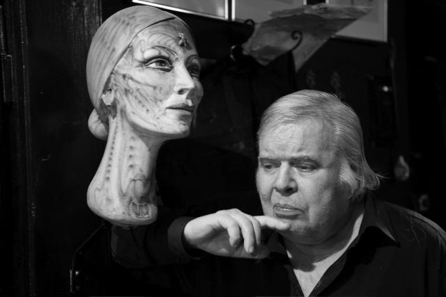 HR Giger neben der von ihm kreierten Büste seiner verstorbenen Freundin Li. Dezember 2011 © Christian Schwarz